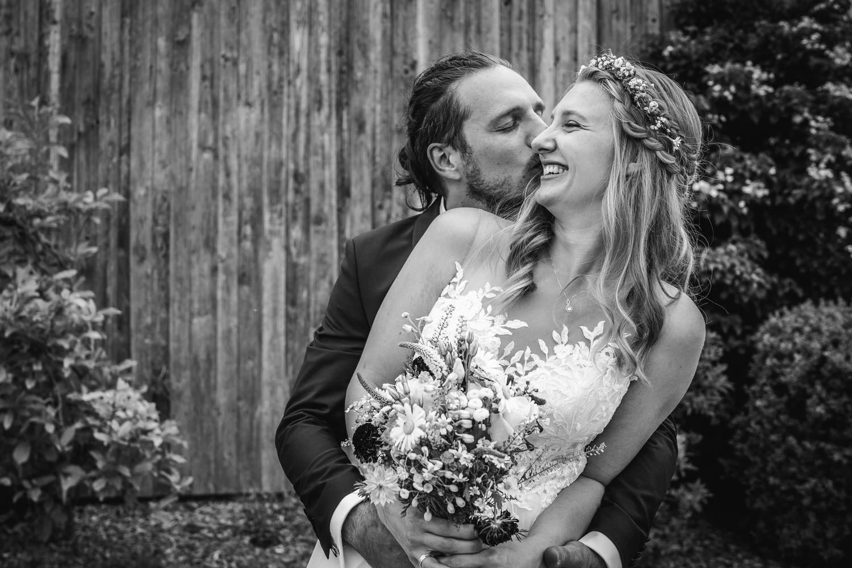 standesamtliche Trauung in Fürstenzell, Paarshooting, Bräutigam küsst die Braut