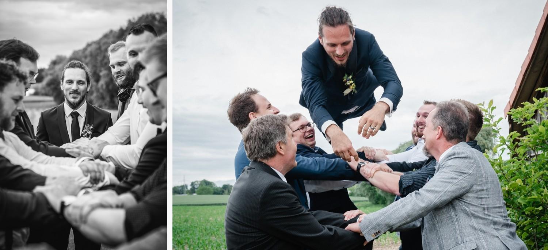 standesamtliche Trauung in Fürstenzell, Bräutigam wird von den männlichen Gästen in die Luft geworfen