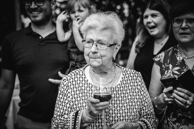 Hochzeit im Hofgut Hafnerleiten, Bad Birnbach, Oma schaut gerührt