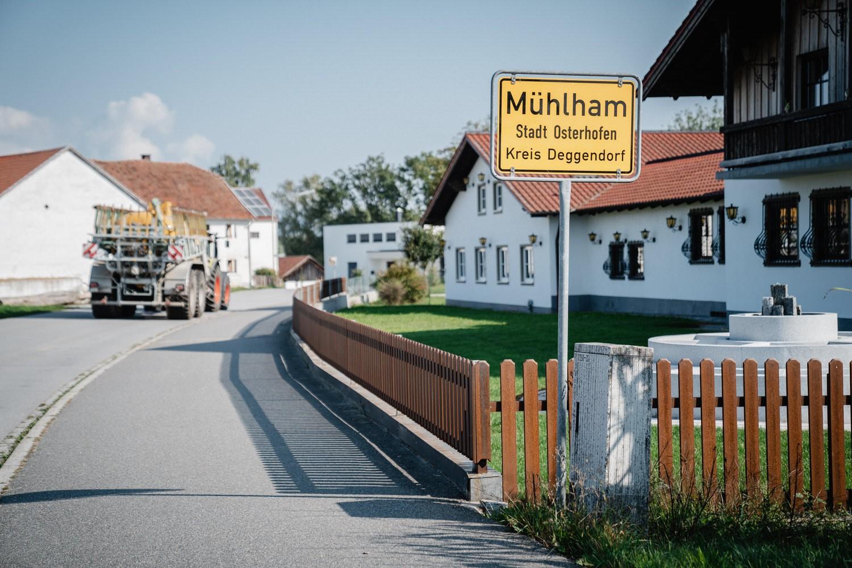 Hochzeit in Bad Birnbach, Getting ready in Osterhofen, Ortschild