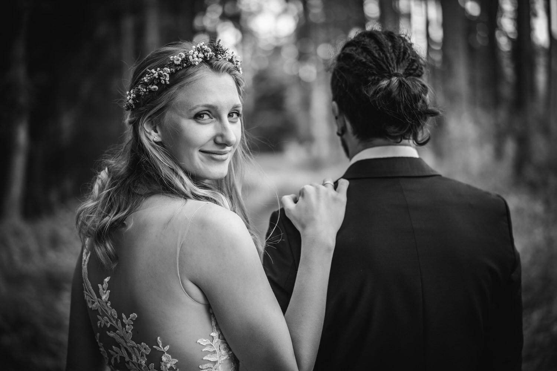 Paarshooting, Braut dreht sich zur Kamera
