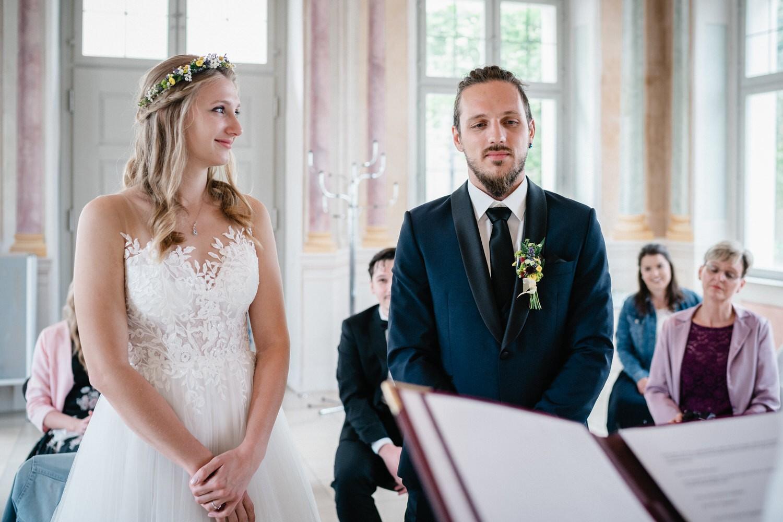 standesamtliche Trauung im Salettl Fürstenzell, Braut schaut Bräutigam an