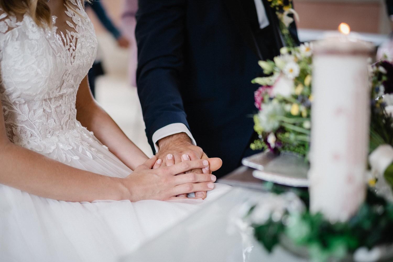 Hochzeit im Salettl in Fürstenzell, Brautpaar hält sich an den Händen