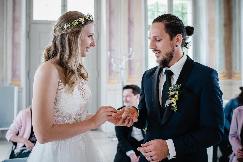 Hochzeit in Fürstenzell, Braut steckt Bräutigam den Ring an