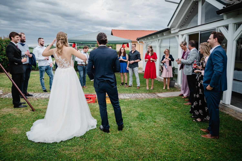 standesamtliche Hochzeit in Fürstenzell, Gäste stehen im Garten