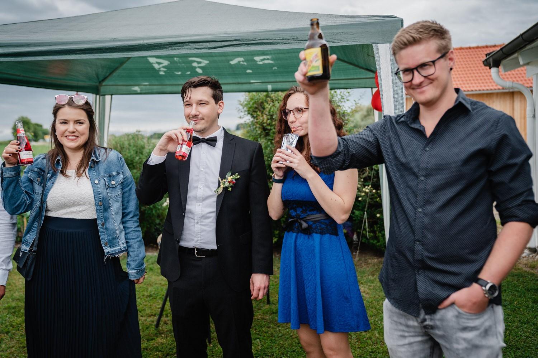 Trauung in Fürstenzell, Gäste trinken auf das Brautpaar