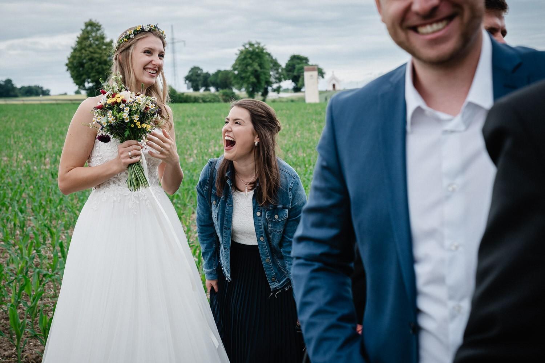 standesamtliche Trauung in Fürstenzell, Braut und weiblicher Gast lachen