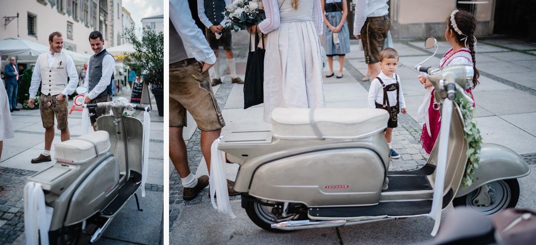 Hochzeit im Standesamt Passau, der alte Zündapp R50-Roller ist ein Hingucker