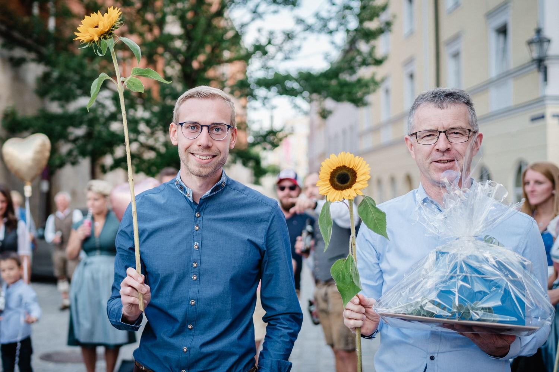 Hochzeit im Standesamt Passau, Zwei Gäste mit Sonnenblumen