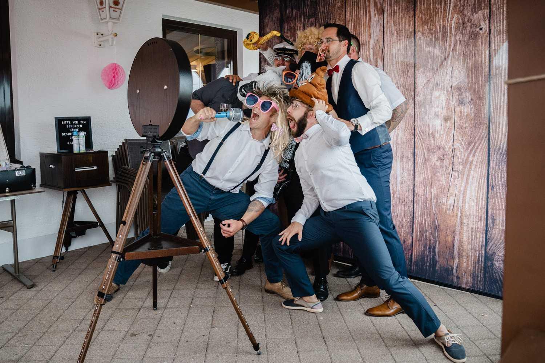 Hochzeitsfeier beim Straubinger Wirt in Beutelsbach, die Gäste haben Spass mit der Fotobox