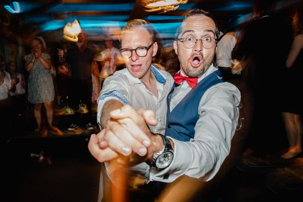 Hochzeitsfeier beim Straubinger Wirt in Beutelsbach, Bräutigam tanzt wild mit einem Gast