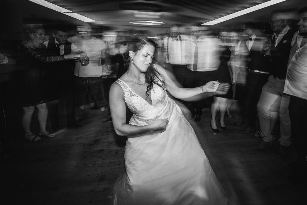 Hochzeitsfeier beim Straubinger Wirt in Beutelsbach, die Braut tanzt wild auf der Tanzfläche