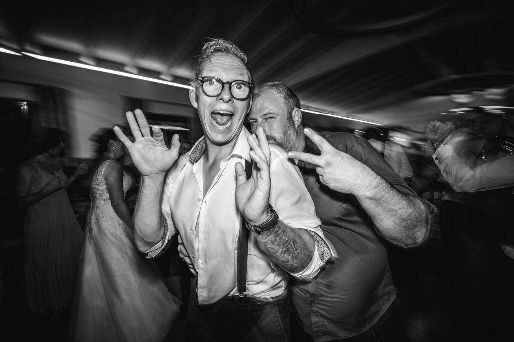 Hochzeitsfeier beim Straubinger Wirt in Beutelsbach, zwei Gäste schauen beim Tanzen in die Kamera