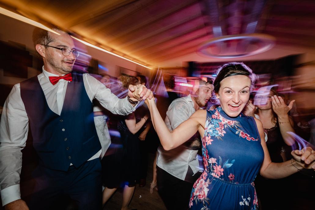 Hochzeitsfeier beim Straubinger Wirt in Beutelsbach, der Bräutigam tanzt mit einem Gast