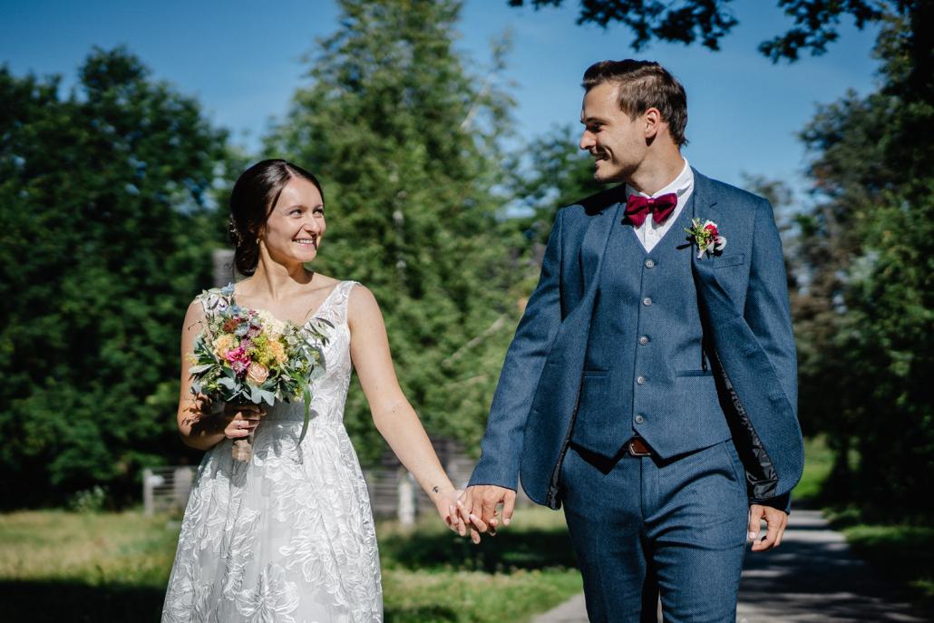 standesamtliche Hochzeit Deggendorf, Haus der Stille, Paarshooting, Paar läuft und schaut sich an