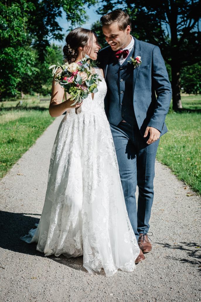 standesamtliche Hochzeit Deggendorf, Haus der Stille, Paarshooting, Paar läuft und lacht