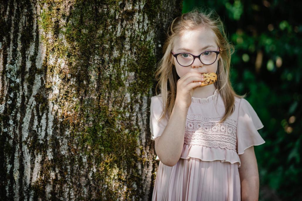 standesamtliche Hochzeit Deggendorf, Haus der Stille, Kind isst einen Keks