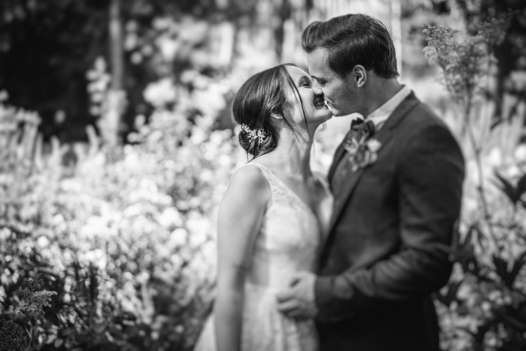 standesamtliche Hochzeit Deggendorf, Haus der Stille, Paarshooting, Paar küsst sich