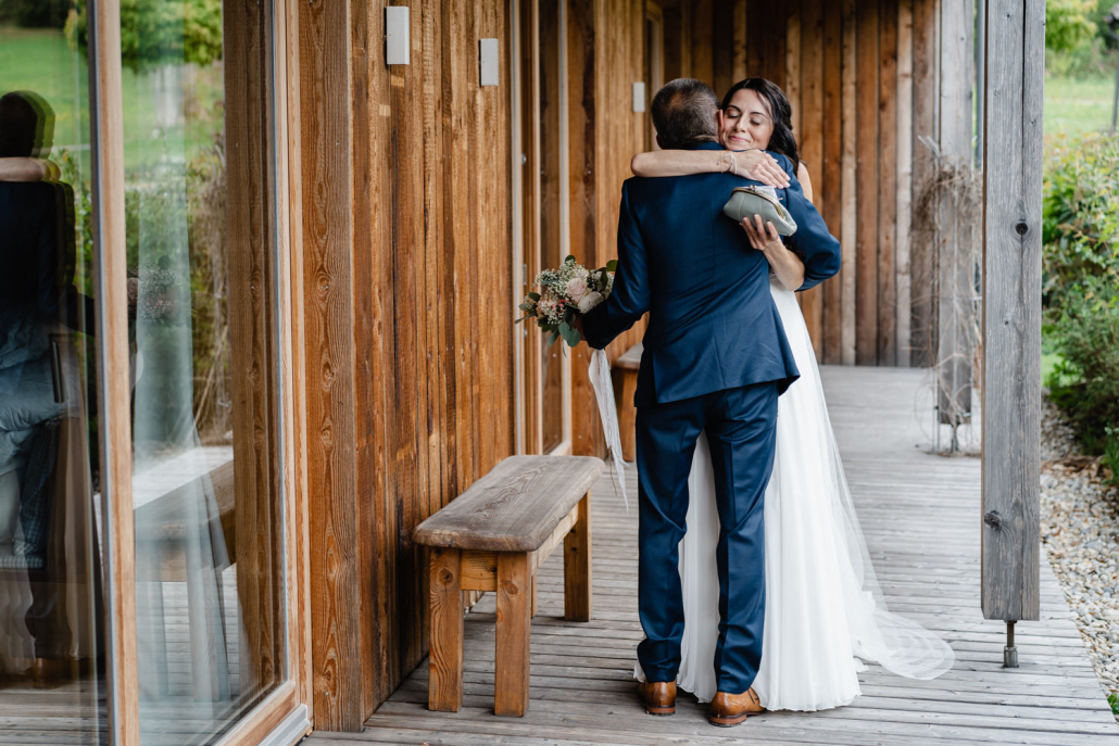 freie Trauung auf der Gutsalm Harlachberg, der Brautvater holt seine Tochter zur Trauung ab
