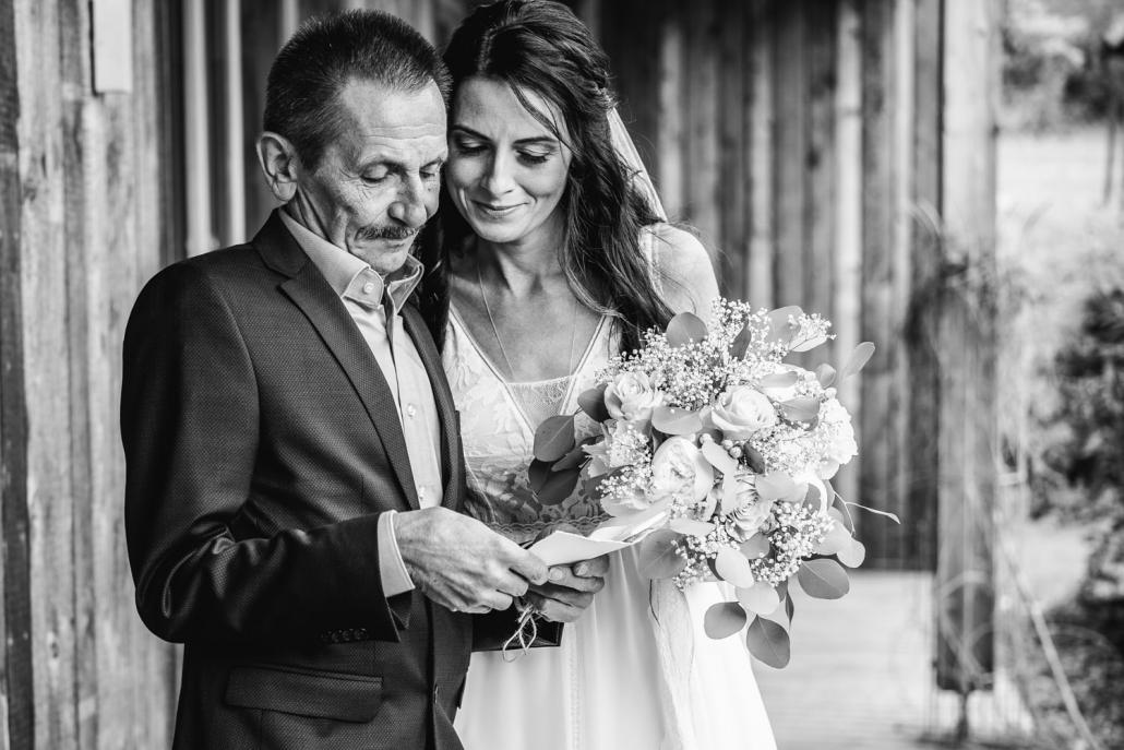 freie Trauung auf der Gutsalm Harlachberg, der Brautvater liest einen Brief, den er von der Braut bekommen hat