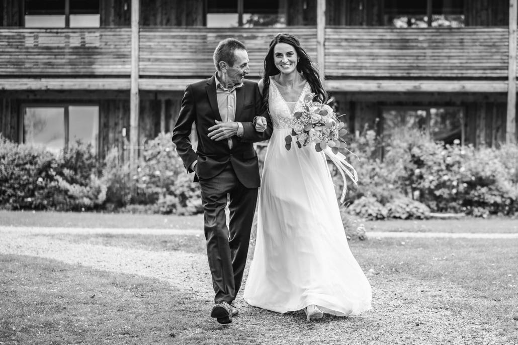 freie Trauung auf der Gutsalm Harlachberg, der Brautvater geleitet seine Tochter zur Trauung