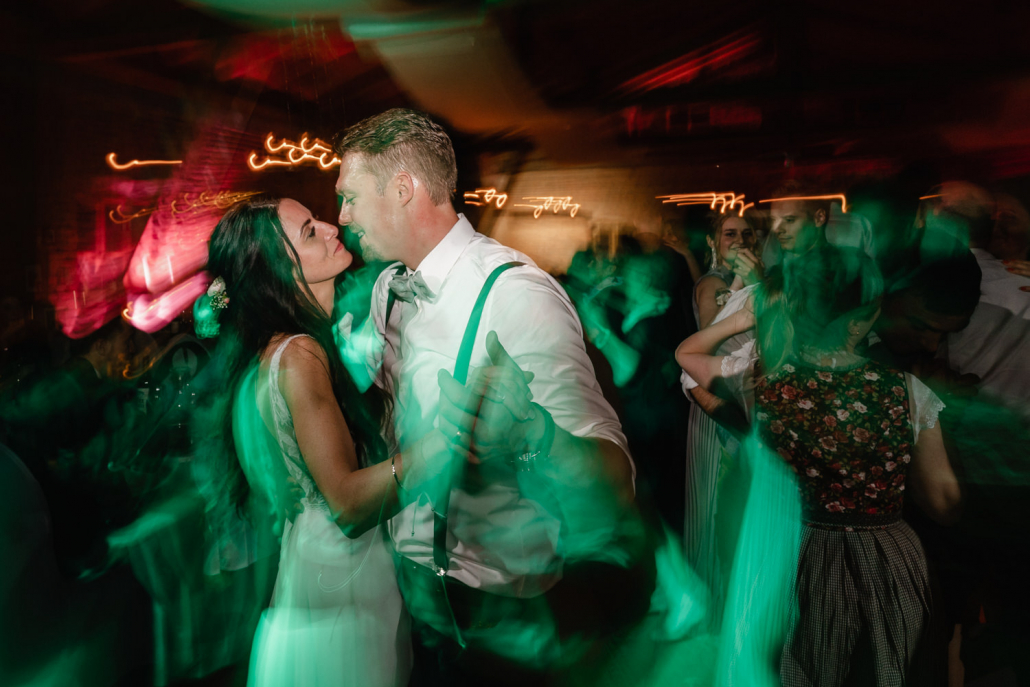 Hochzeit Burgruine Linden, Feier, das Paar tanzt bei der Party