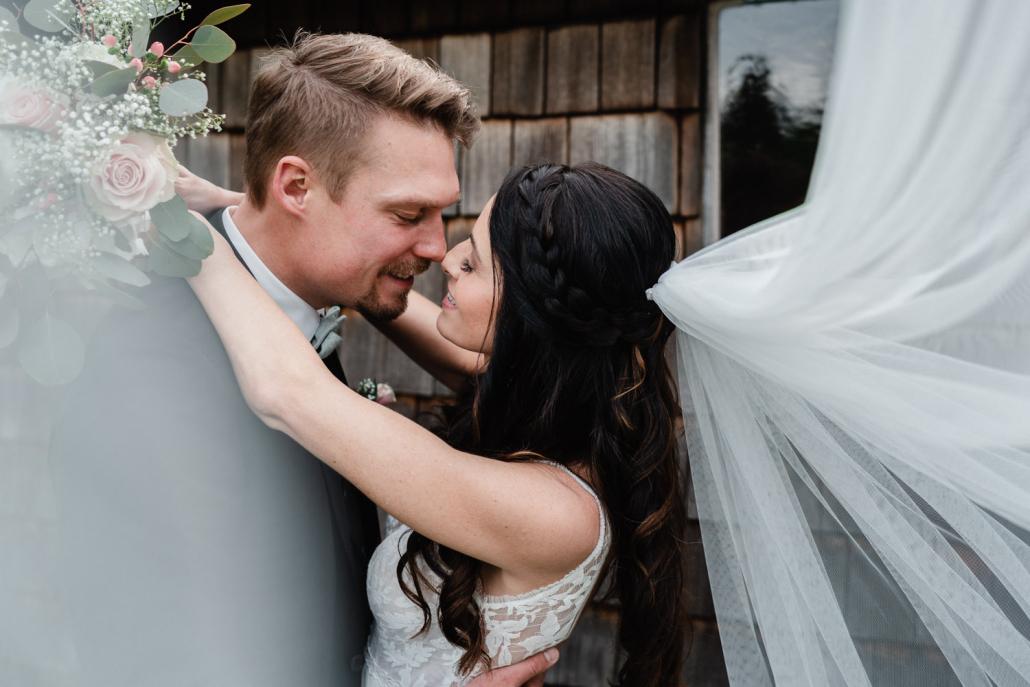 Hochzeit Gutsalm Harlachberg, Paarshooting, das Paar kuz vorm Kuss