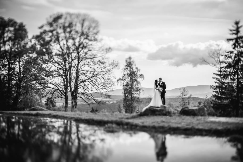 Hochzeit Gutsalm Harlachberg, Paarshooting, Paar steht vor beeindruckendem Panorama im Bayerischen Wald