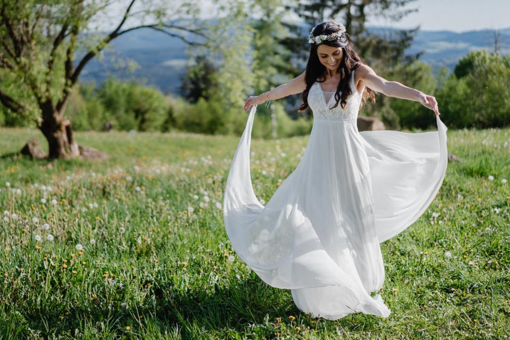 Hochzeit Gutsalm Harlachberg, Paarshooting, die Braut tanzt auf der Wiese