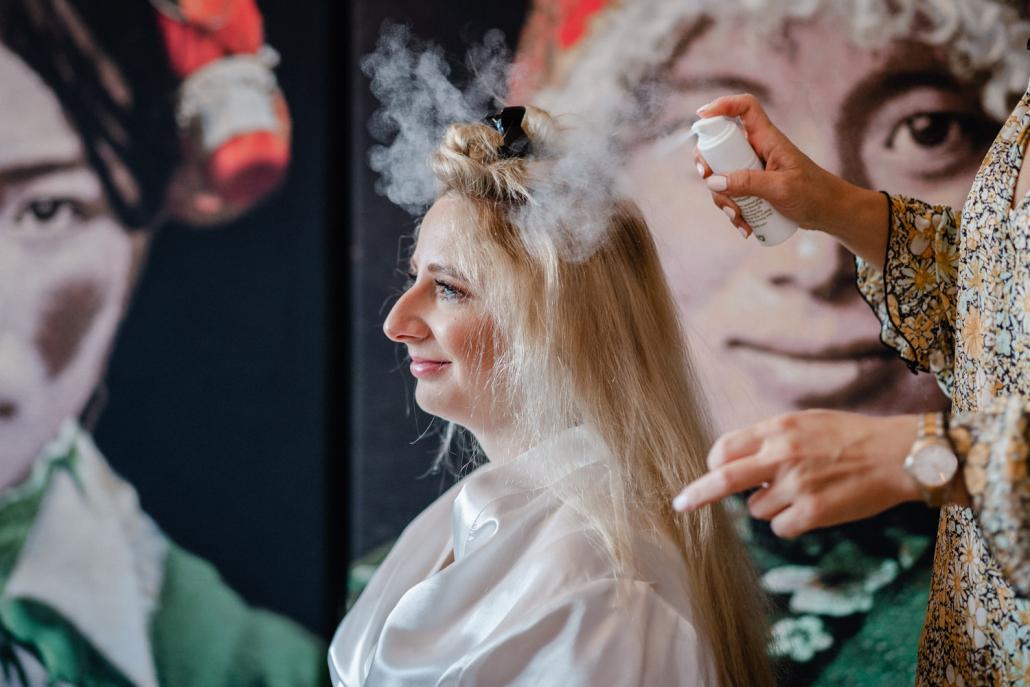 Hochzeit in der Pfalz, Getting ready, Braut wird frisiert