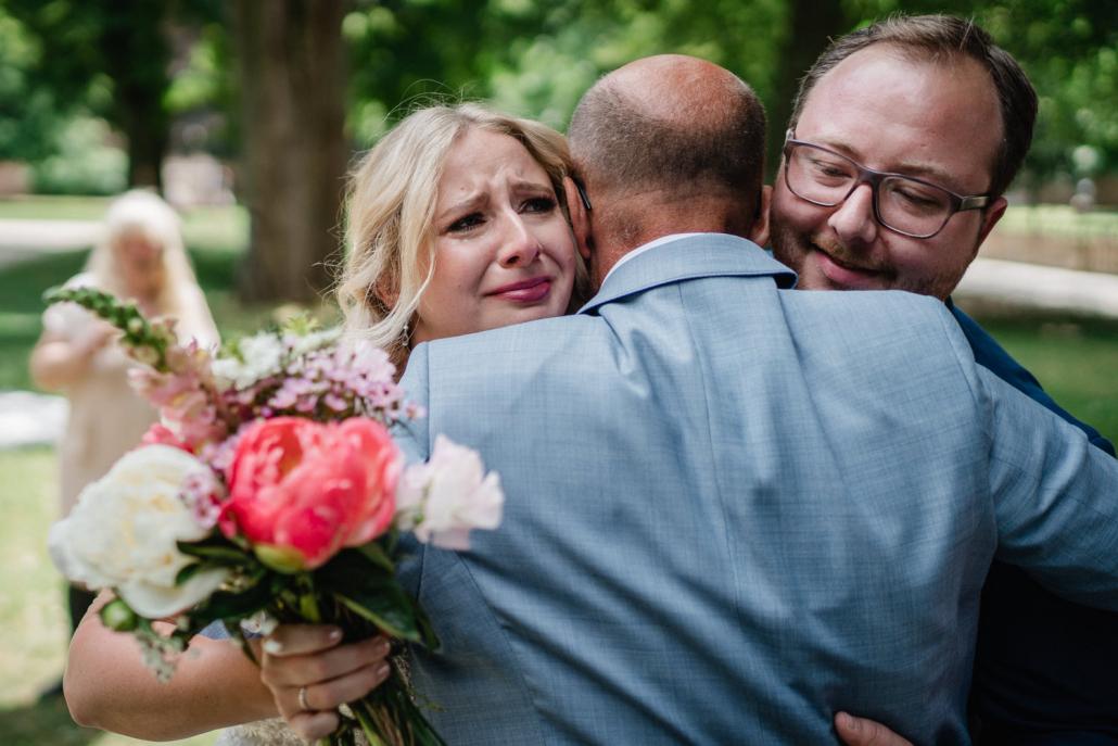 Hochzeit in Heidelberg, Schloß Heidelberg, Vater umarmt das Brautpaar