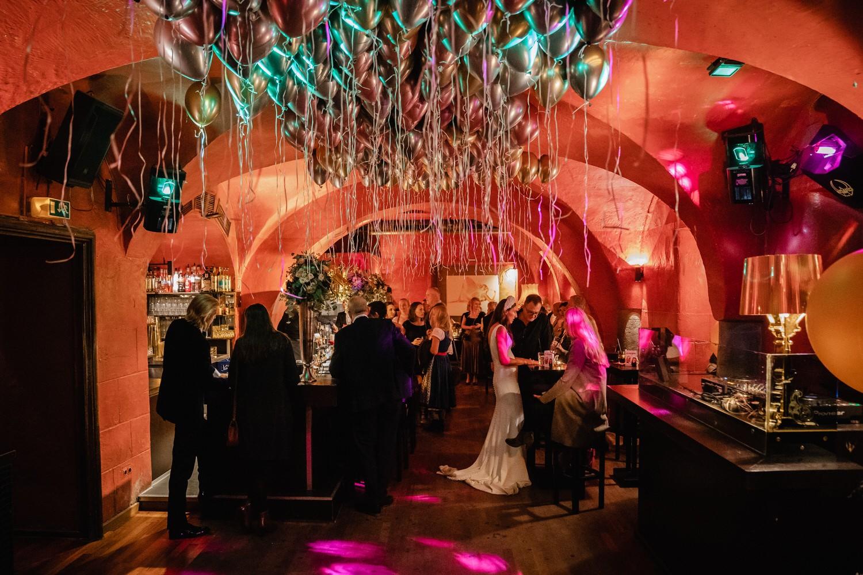 Hochzeitsfeier im Cubana Passau, Innenansicht der Bar mit den Gästen