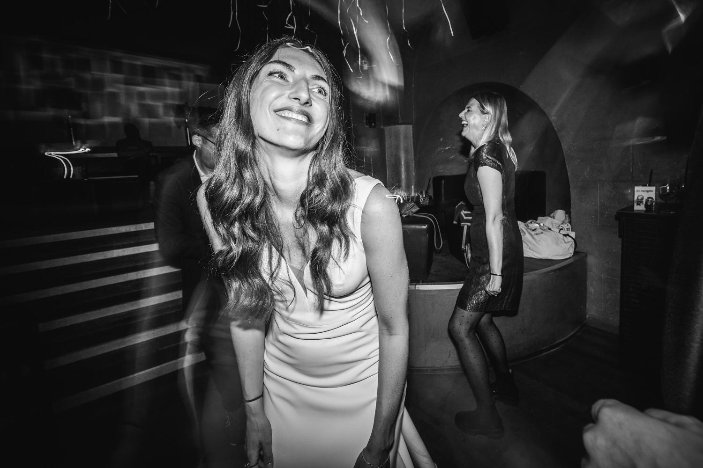 Hochzeitsfeier im Cubana Passau, die Braut lächelt zufrieden, während sie tanzt