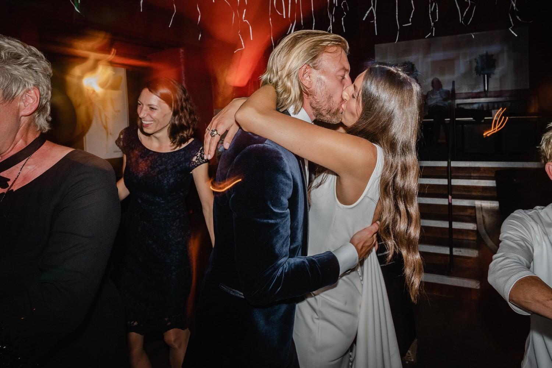 Hochzeitsfeier im Cubana Passau, das Brautpaar küsst sich auf der Tanzfläche