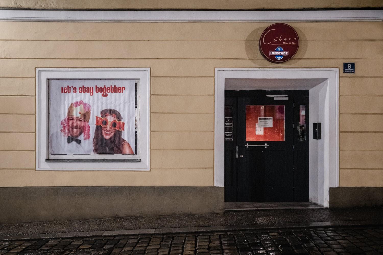 Hochzeitsfeier im Cubana Passau, Aussenansicht der Bar Cubana mit Plakat vom Brautpaar