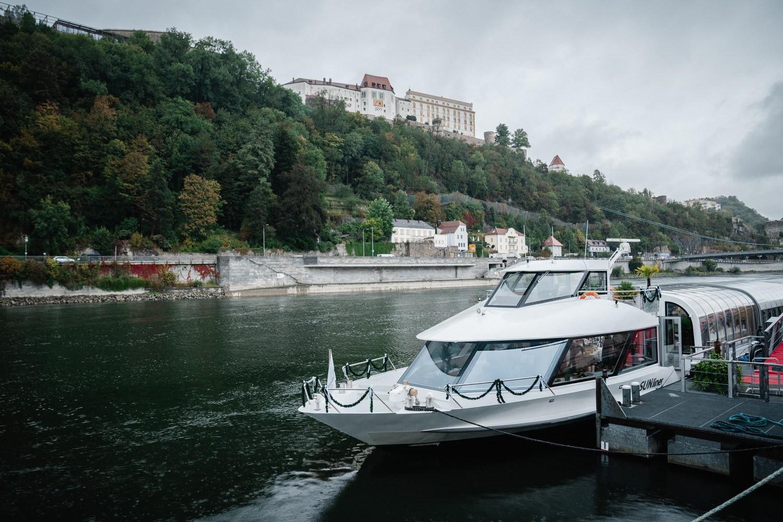 Hochzeit auf dem Cabrioshiff MS Sunliner, Passau, Blick vom Ufer auf das Schiff mit der Veste Oberhaus im Hintergrund