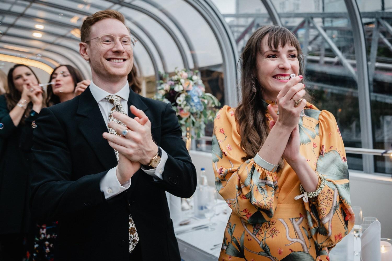 Hochzeit auf dem Cabrioshiff MS Sunliner, Passau, Gäste applaudieren dem Brautpaar als sie ankommen