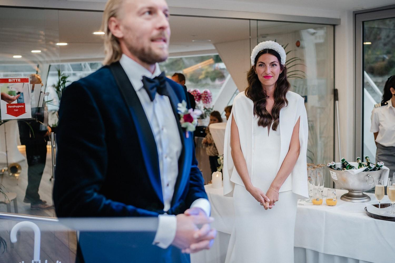 Hochzeit auf dem Cabrioshiff MS Sunliner, Passau, Bräutigam spricht, die Braut schaut zum Bräutigam