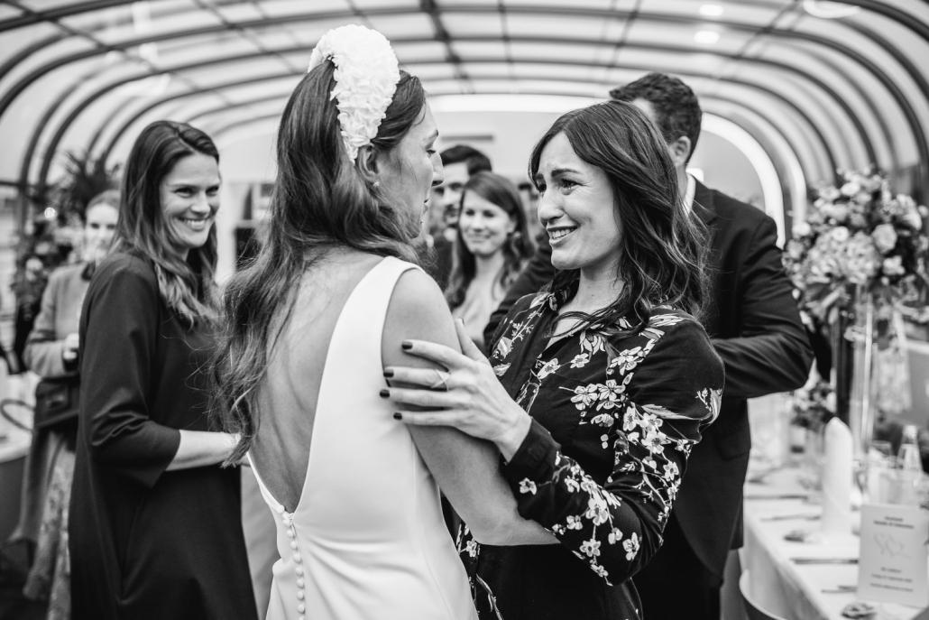 Hochzeit auf dem Cabrioshiff MS Sunliner, Passau, emotionale Gratulation der Gäste