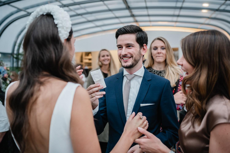 Hochzeit auf dem Cabrioshiff MS Sunliner, Passau, Gast reicht der Braut ein Taschentuch