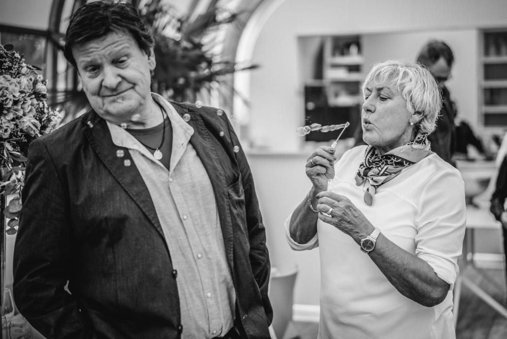 Hochzeit auf dem Cabrioshiff MS Sunliner, Passau, Frau bläst Seifenblasen in Richtung ihres Mannes
