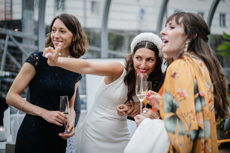 Hochzeit auf dem Cabrioshiff MS Sunliner, Passau, Braut zeigt auf Gäste