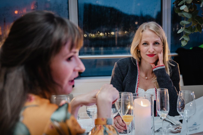 Hochzeit auf dem Cabrioshiff MS Sunliner, Passau, weiblicher Gast blickt in die Kamera