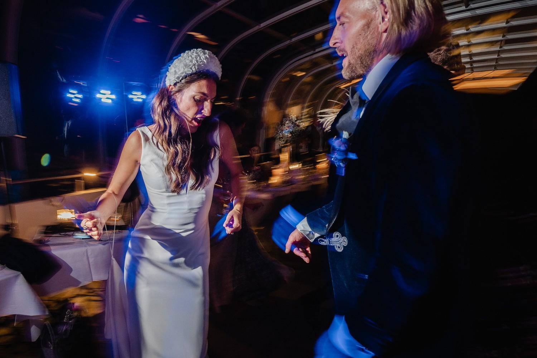 Hochzeit auf dem Cabrioshiff MS Sunliner, Passau, das Brautpaar tanzt mit den Gästen