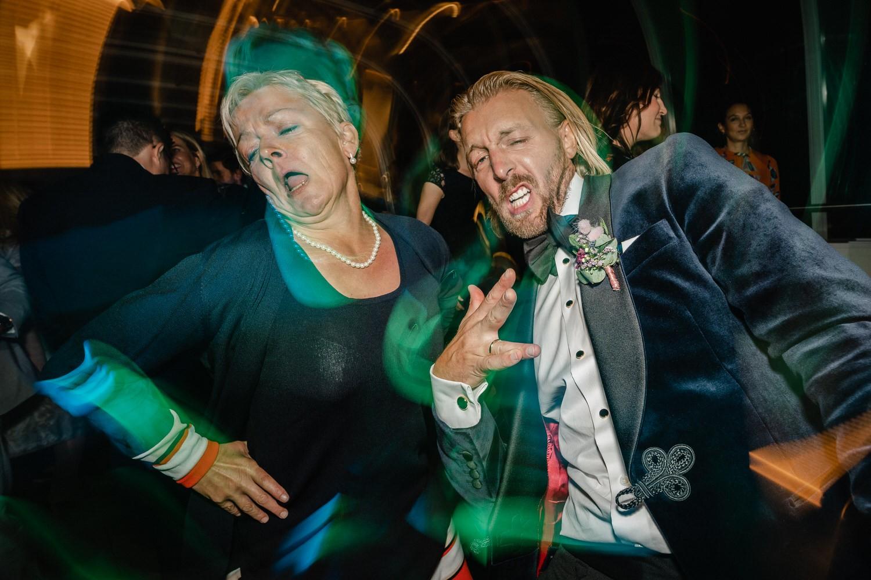 Hochzeit auf dem Cabrioshiff MS Sunliner, Passau, Bräutigam tanzt wild mit Gast
