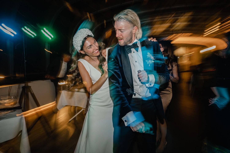 Hochzeit auf dem Cabrioshiff MS Sunliner, Passau, das brautpaar geniesst die Party