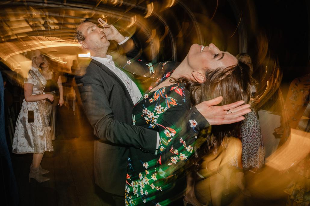 Hochzeit auf dem Sunliner-Schiff, Passau, 2 Gäste tanzen wild bei der Party