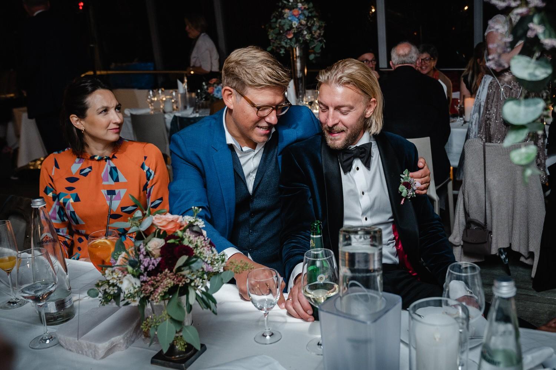 Hochzeit auf dem Cabrioshiff MS Sunliner, Passau, Bräutigam unterhält sich mit Gast
