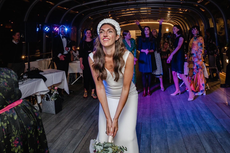 Hochzeit auf dem Cabrioshiff MS Sunliner, Passau, die braut wirft den Brautstrauss