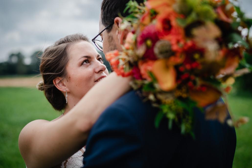 Hochzeit in Rotthalmünster, Paarshooting, Braut blickt dem Bräutigam in die Augen